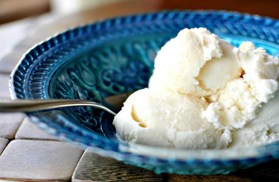Ποια γεύση να προτιμήσετε; Επιμείνετε κλασικά μια μπάλα παγωτό βανίλια δίνει μόνο 100 θερμίδες.