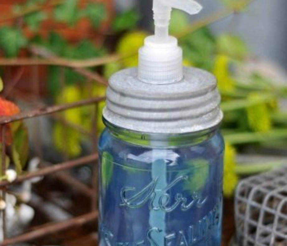 Μπορείτε εύκολα να φτιάξετε ένα μπουκαλάκι για το σαπούνι σας από ένα παλιό βαζάκι μαρμελάδας