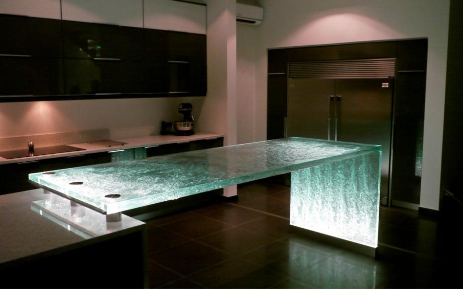 Γυάλινος πάγκος με κρυφό φωτισμό που δίνει στιλ σε κάθε κουζίνα