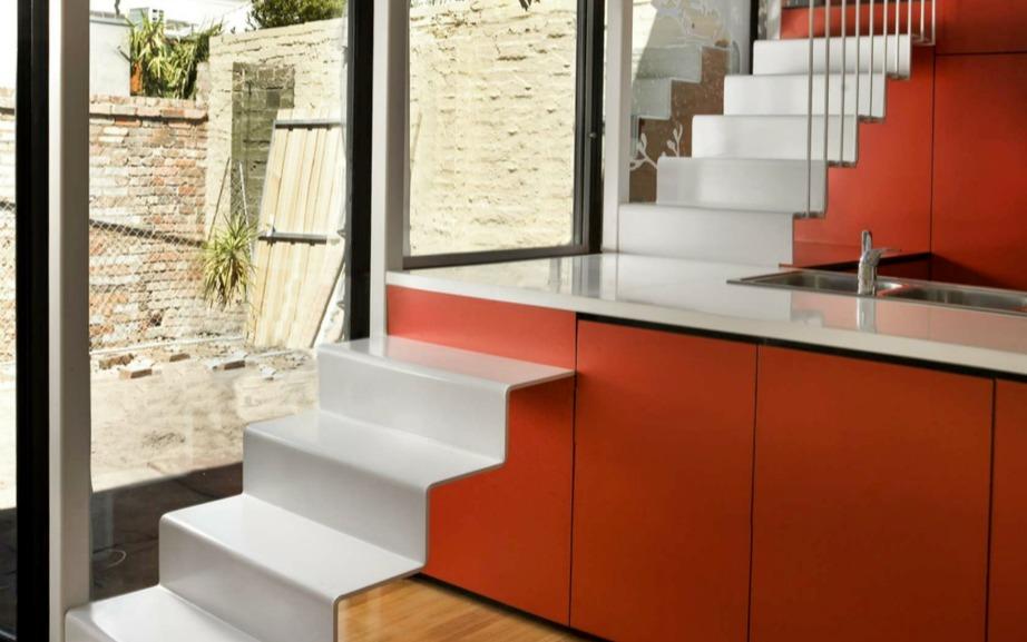 Αν δεν έχετε χώρο για να βάλετε τη σκάλα σας, βάλτε την στο σημείο που βρίσκεται ο πάγκος της κουζίνας
