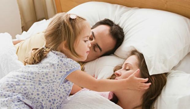 Όταν το παιδί θέλει να κοιμάται στο δωμάτιο των γονιών…