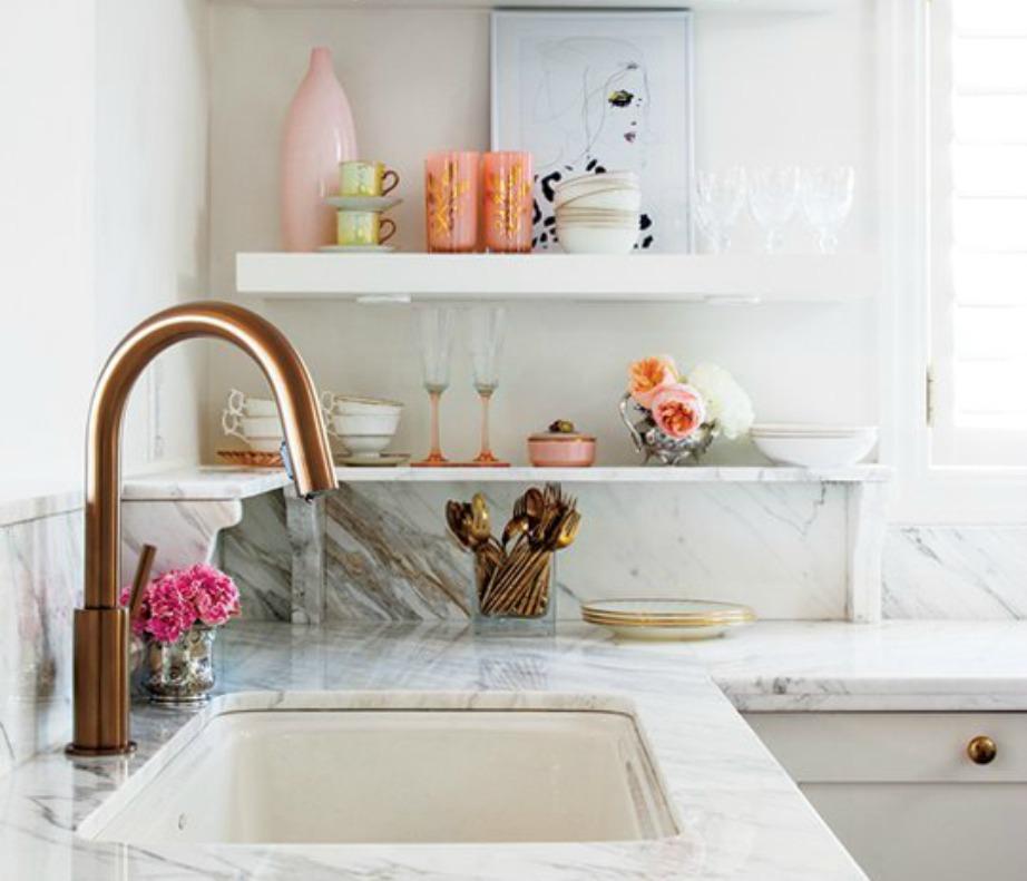Βάλτε χάλκινες βρύσες στην κουζίνα και μαρμάρινους πάγκους. Ενισχύστε με ροζ διακοσμητικά, μπολ και κουζινικά είδη