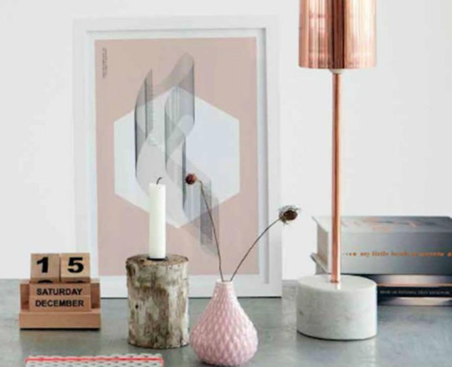 Μια λάμπα που συνδυάζει μάρμαρο με χαλκό είναι δυνατό στοιχείο διακόσμησης για ένα γραφείο