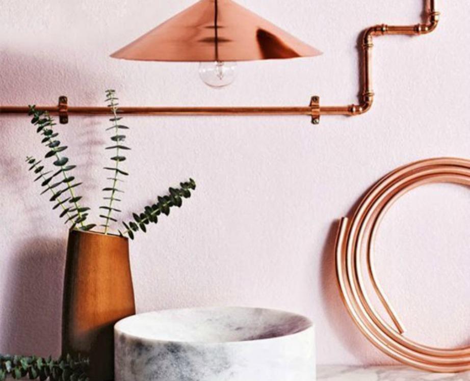 Στο χολ του σπιτιού σας θα ταίριαζε ένα μαρμάρινο τραπέζι με χάλκινα και ροζ διακοσμητικά