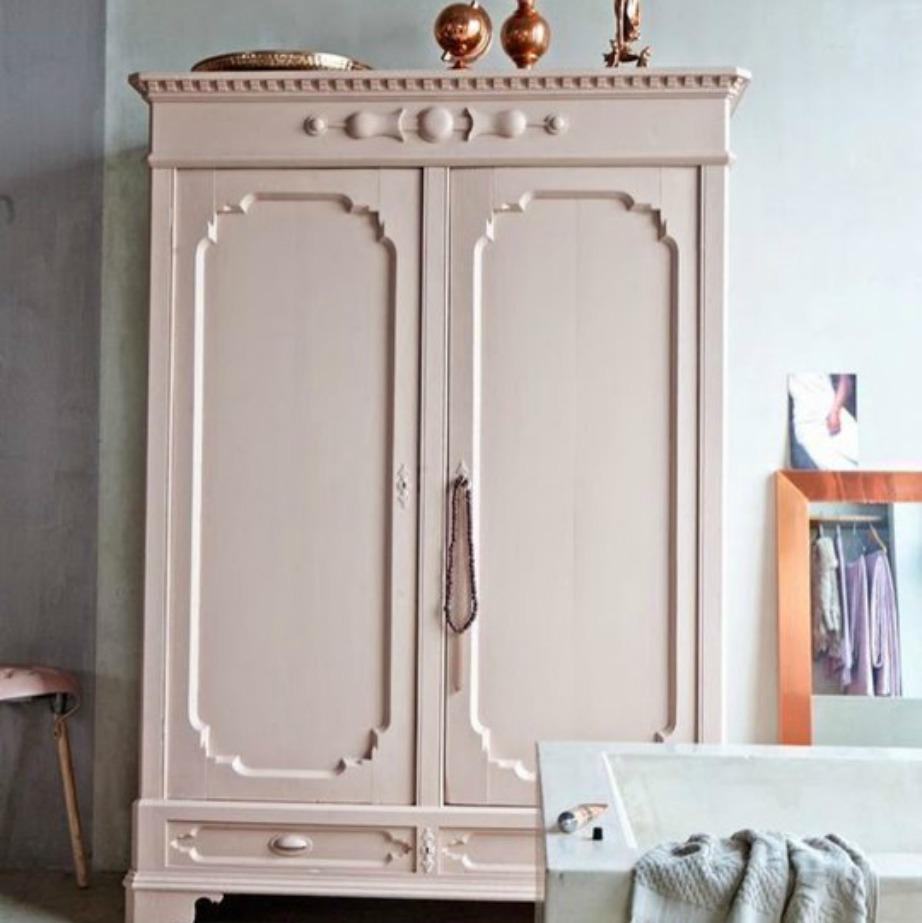 Στο μπάνιο μπορείτε να συνδυάσετε μια κουφετί ντουλάπα με μαρμάρινη μπανιέρα και χάλκινα διακοσμητικά