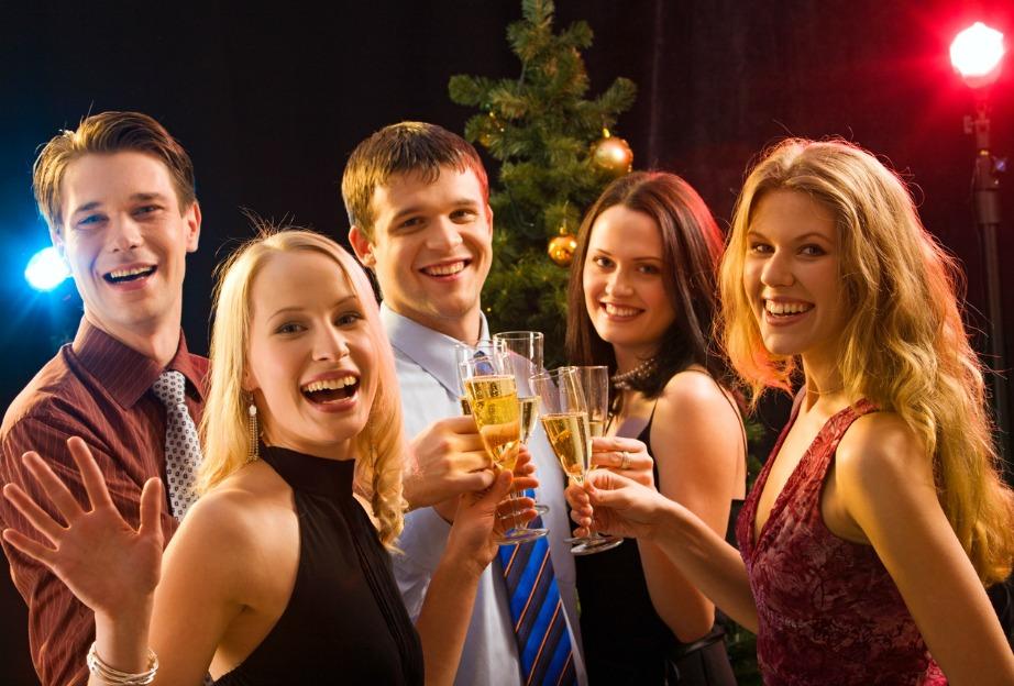 Προτιμήστε να κάνετε ένα απλό dinner party για τους πολύ καλούς σας φίλους και αποφύγετε τον πολύ συνωστισμό