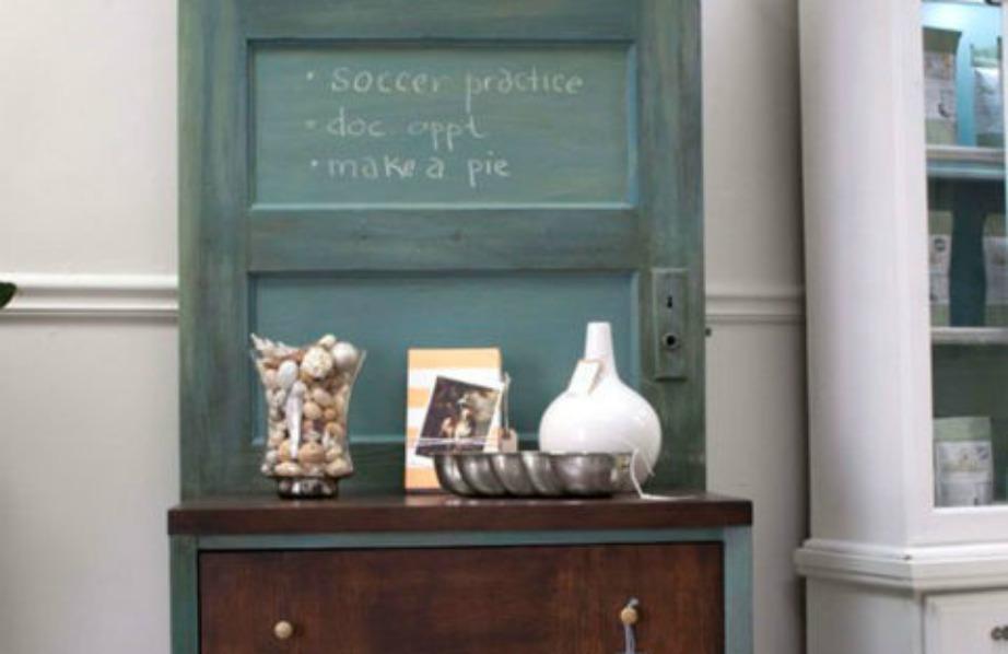 Βάψτε την πόρτα σε χρώμα της επιλογής σας και προσθέστε ένα όμορφο έπιπλο μπροστά σε παρόμοιες αποχρώσεις