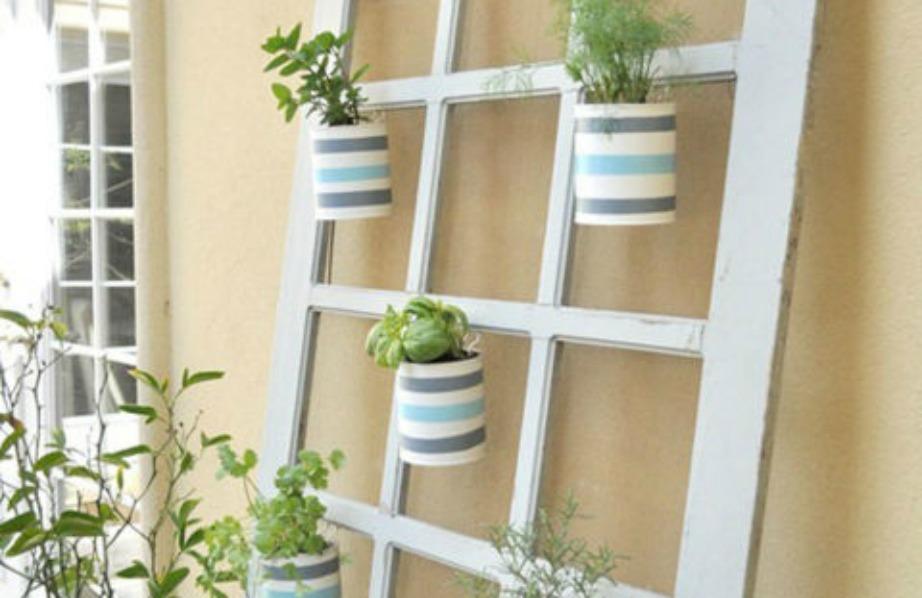 Βάλτε πάνω σε μια πόρτα γλαστράκια και φυτά και τοποθετήστε στον εξωτερικό τοίχο του σπιτιού σας