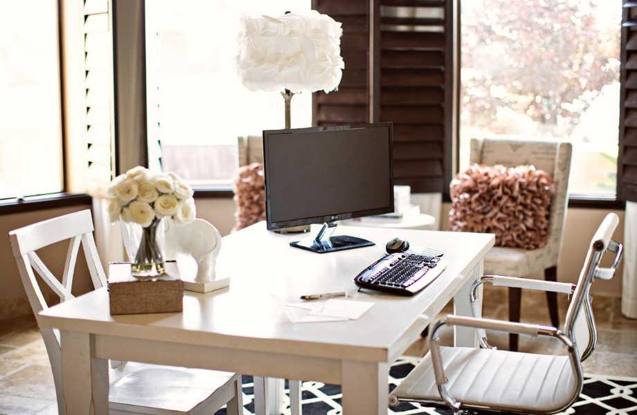 Ποιος είπε ότι οι καρέκλες που έχετε στην κουζίνα σας δεν κάνουν για το γραφείο σας;