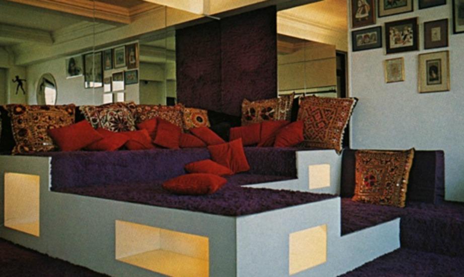 Οι καναπέδες της εποχής εκείνης ήταν πολύ κιτς και πολλές φορές βλέπαμε να χρησιμοποιείται το ίδιο ύφασμα για τα χαλιά αλλά και για τους καναπέδες του σπιτιού.