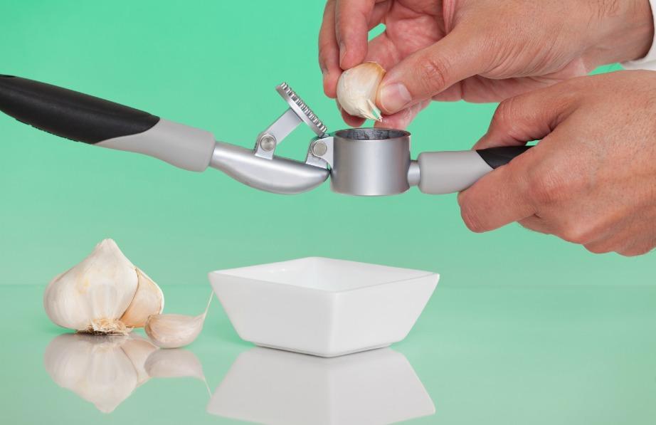 Λιώστε μερικές σκελίδες σκόρδου, κάντε τις ζωμό και απλώστε τις στα σπυράκια σας. Θα τα εξαφανίσετε!