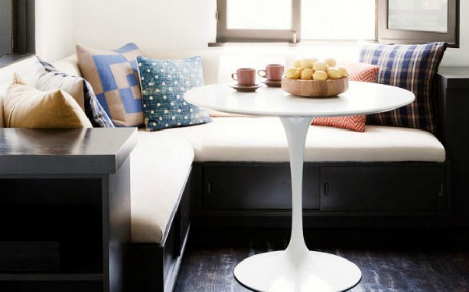 Ένα μικρό στρογγυλό τραπέζι είναι ιδανικό για τη διακόσμηση μιας μικρής κουζίνας