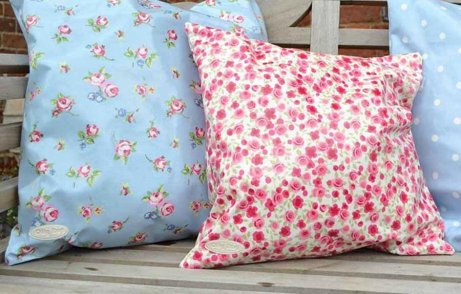 Έχοντας αδιάβροχα μαξιλάρια δεν θα φοβάστε μήπως πέσει νερό καταλάθος πάνω τους ή αν βρέξει και δεν είστε σπίτι να τα μαζέψετε.