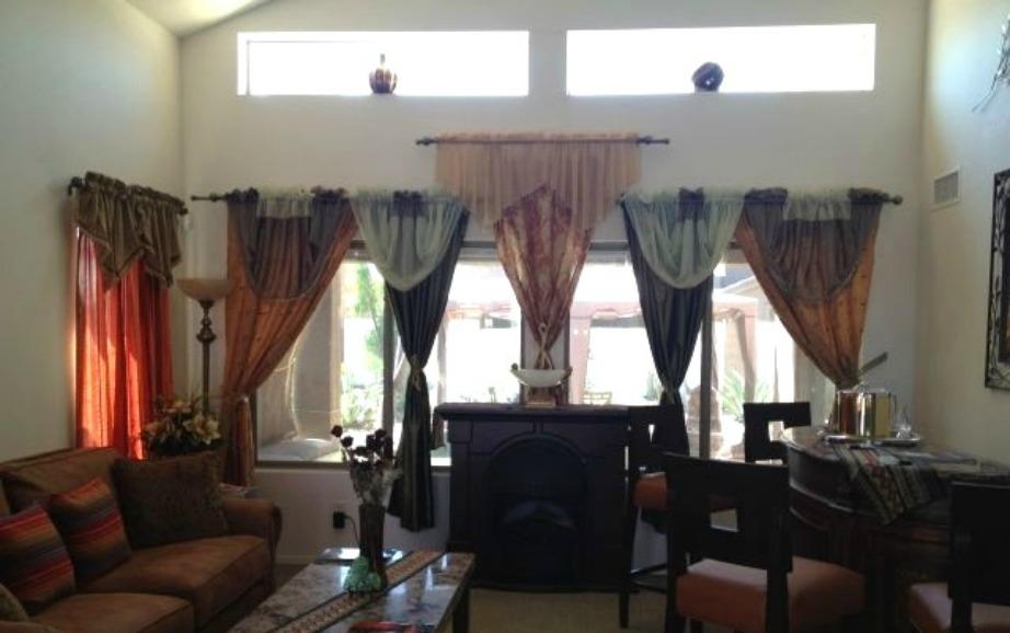 Στο σαλόνι το κάθε παράθυρο έχει άλλη κουρτίνα.