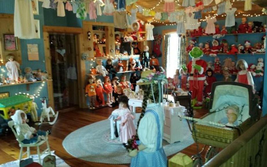 Το παιδικό δωμάτιο είναι γεμάτο με κούκλες και αντικείμενα.