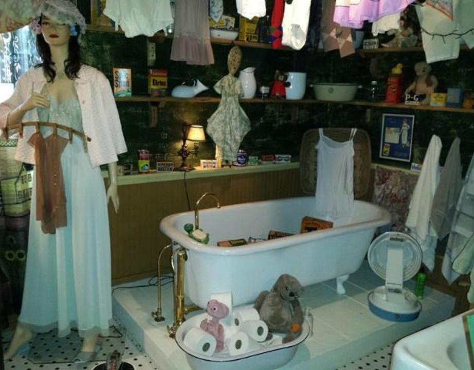 Η κούκλα στο μπάνιο με τα εσώρουχα στο χέρι είναι ένα τελείως άκυρο σκηνικό.
