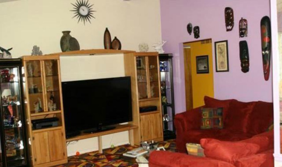 Ο ένας τοίχος είναι βαμμένος μοβ αλλά όλη η υπόλοιπη διακόσμηση είναι τραγική.