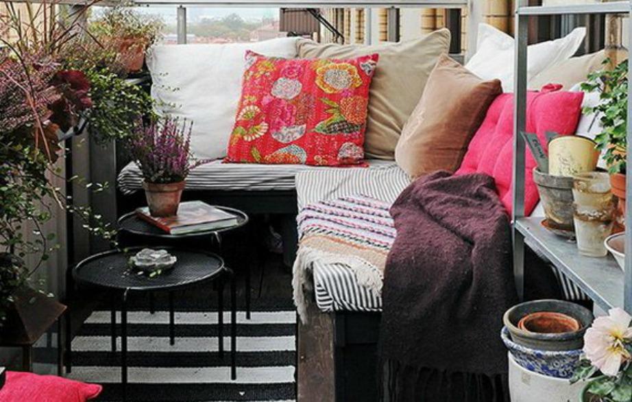 Βρείτε οικονμικά καθίσματα και τραπεζάκια τα οποία μπορείτε στη συνέχεια να διακοσμήσετε με ριχτάρια και μαξιλάρια