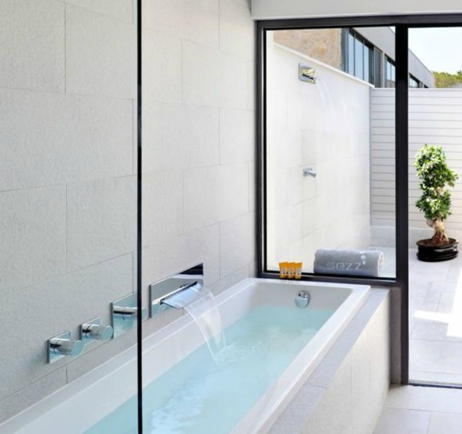 Σε αυτό το μπάνιο μπορείτε να κάνετε ντους εσωτερικά αλλά και υπαίθρια στη βεράντα.