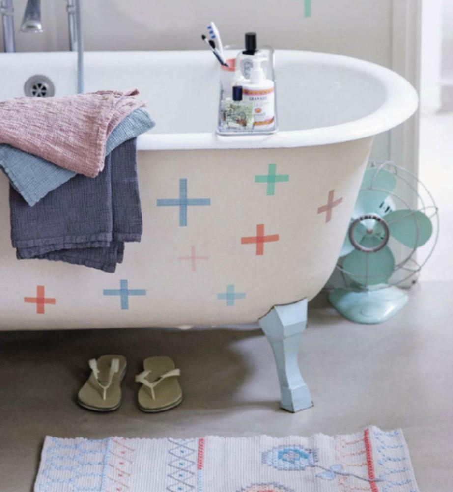 Προσθέστε όμορφα μοντέρνα αυτοκόλλητα στη μπανιέρα σας.
