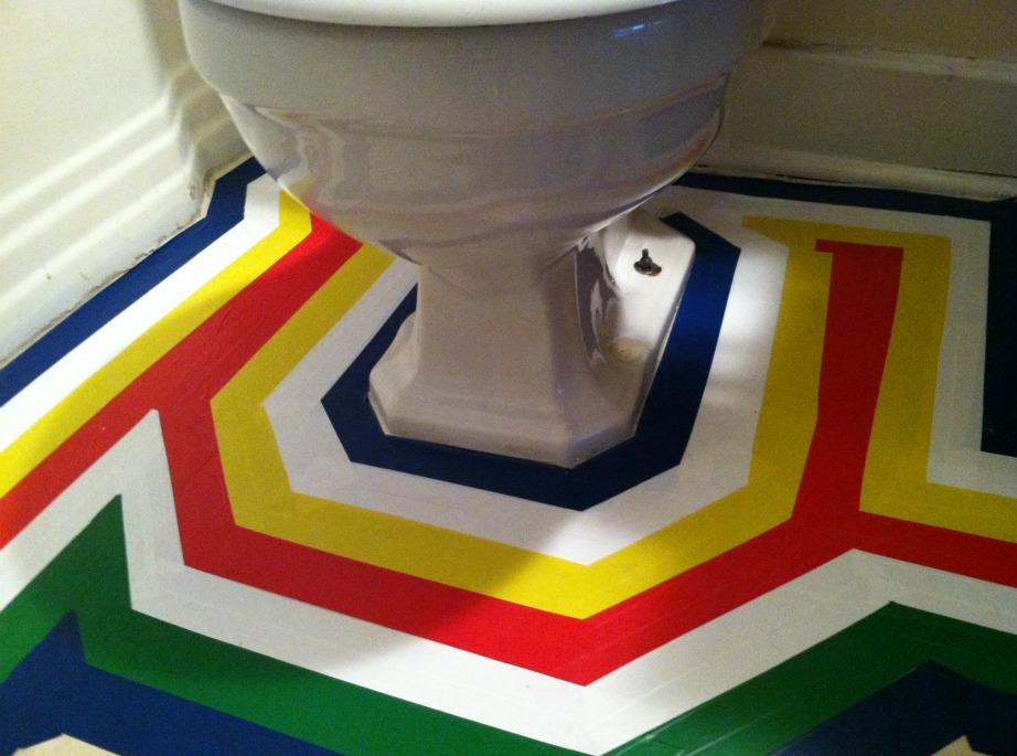 Βάλτε αυτοκόλλητο στο πάτωμα αν τα πλακάκια είναι σε κακή κατάσταση ή αν απλά δεν σας αρέσουν.