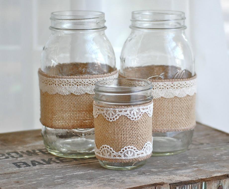Δημιουργήστε κεριά χρησιμοποιόντας βαζάκια και κολλώντας πάνω τους καραβόπανο.