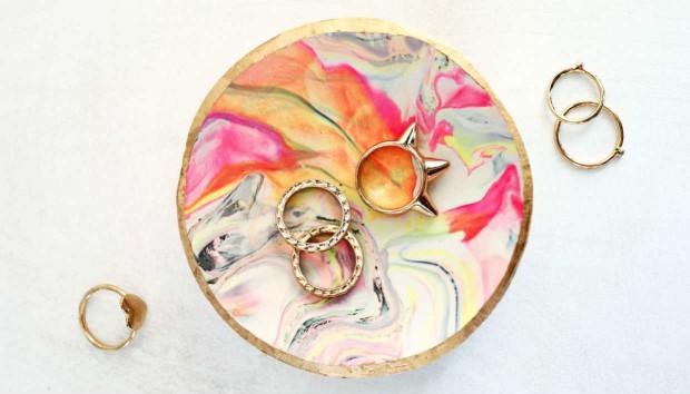 DIY για την Ημέρα της Μητέρας: Φτιάξτε ένα Στιλάτο Πιάτο για Κοσμήματα!