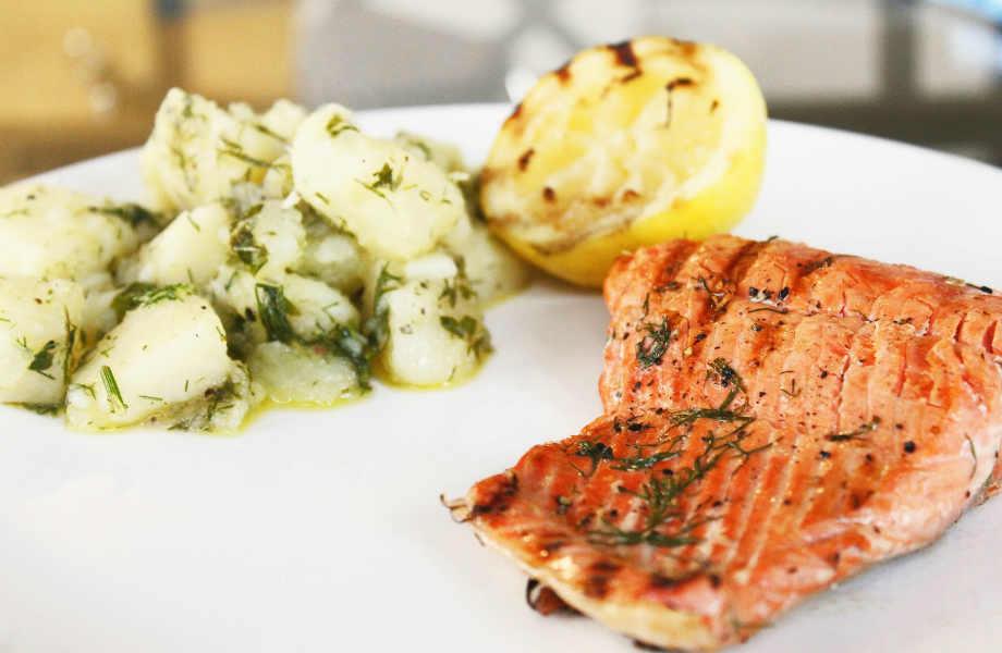 Ποιος είπε ότι θα χρειαστεί να θυσιάσετε τις πατάτες για τη δίαιτα; Απολαύστε τις βραστές με ψητό ψάρι.