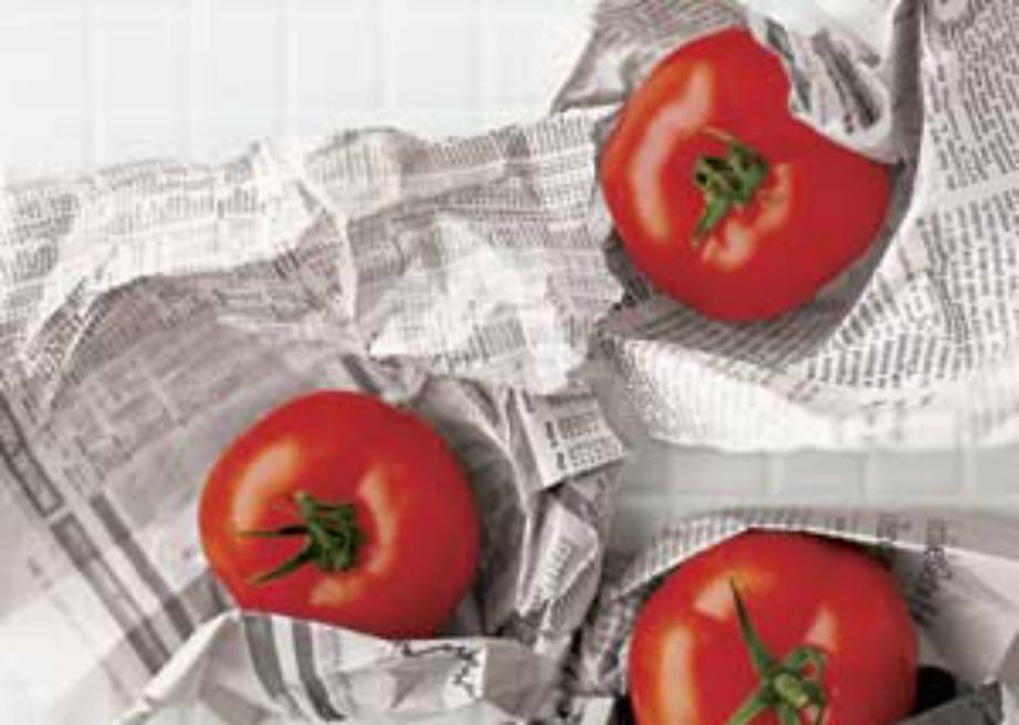 Απλώστε μερικά φύλλα εφημερίδας στα ράφια του ψυγείου σας.
