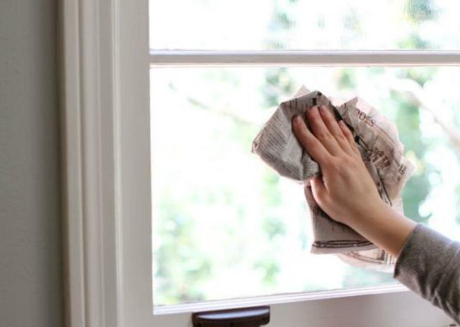 Ο καλύτερος τρόπος για να καθαρίζετε τα τζάμια σας είναι με ένα κομμάτι εφημερίδας και λίγο καθαριστικό.