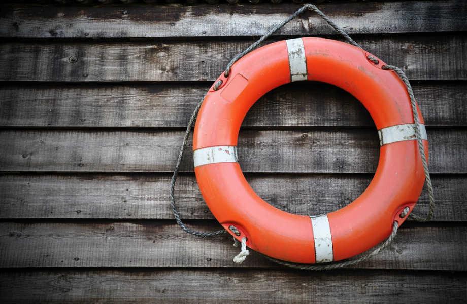 Προτού πέσετε στη θάλασσα, πετάξτε στο θυμα ένα σωσίβιο ή κάποιο άλλο αντικείμενο (π.χ.ξύλο) για να κρατηθεί.