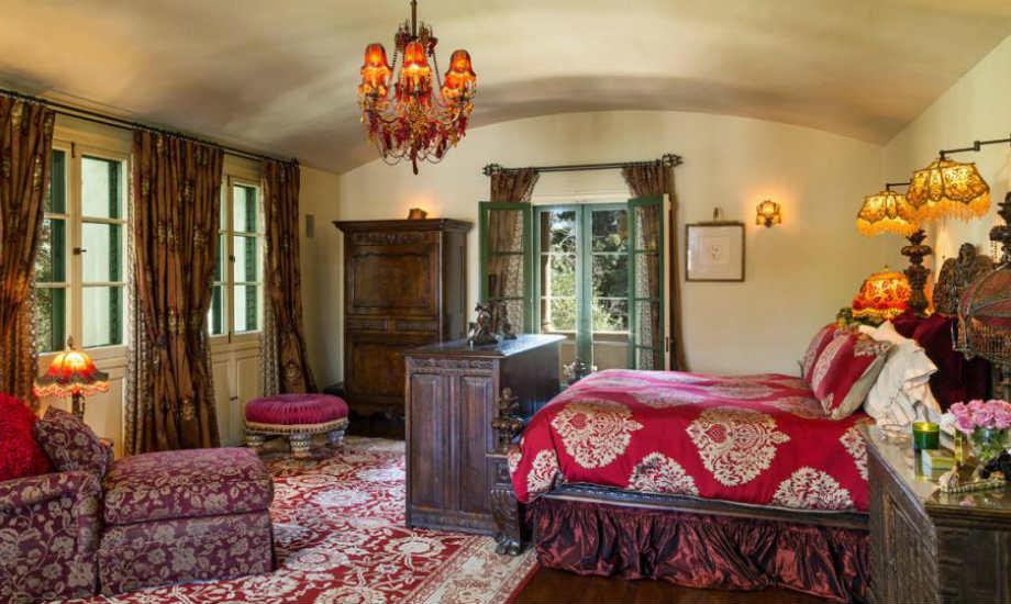 Τα σαγηνευτικά υπνοδωμάτια θυμίζουν ξενώνα στην Φλωρεντία.