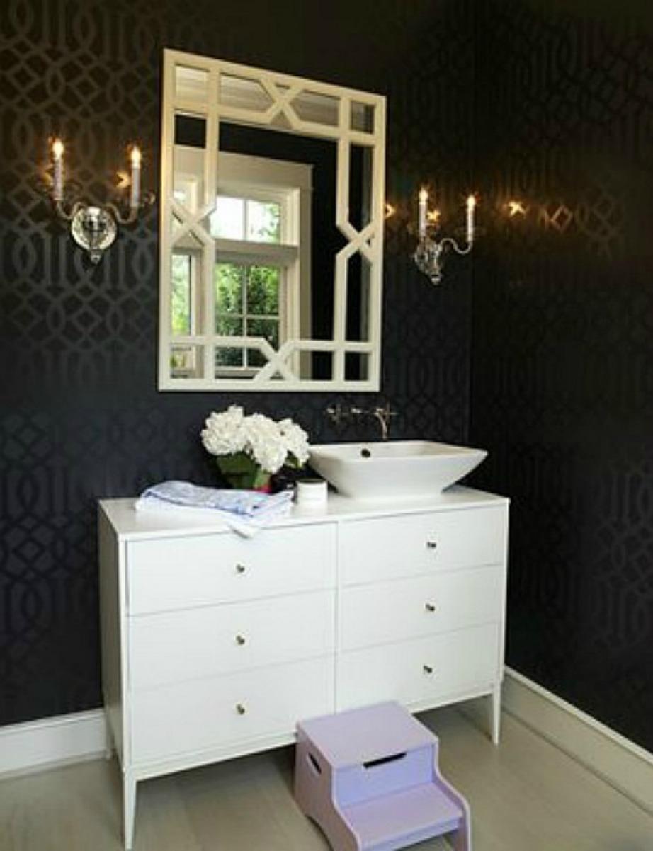 Το μπάνιο έχει μίνιμαλ και σοφιστικές διακόσμηση.