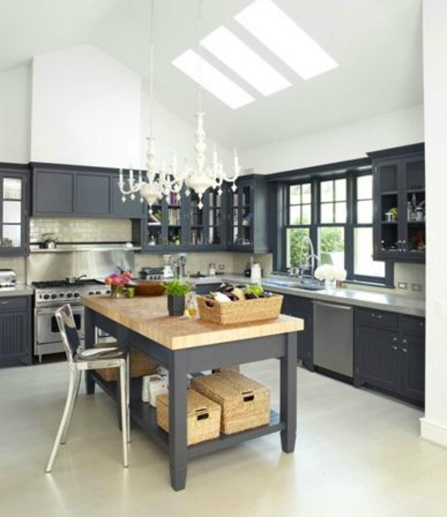 Στην κουζίνα έχει χρησιμοποιηθεί το σταχτί χρώμα που ταιριάζει πολύ σε συνδυασμό με το ξύλο.