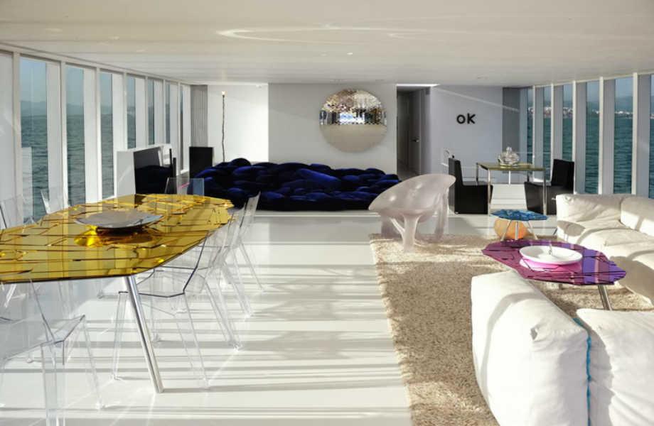 Το εντυπωσιακό κεντρικό σαλόνι του γιοτ συναγωνίζεται σε ομορφιά και στυλ την εξωτερική όψη του.