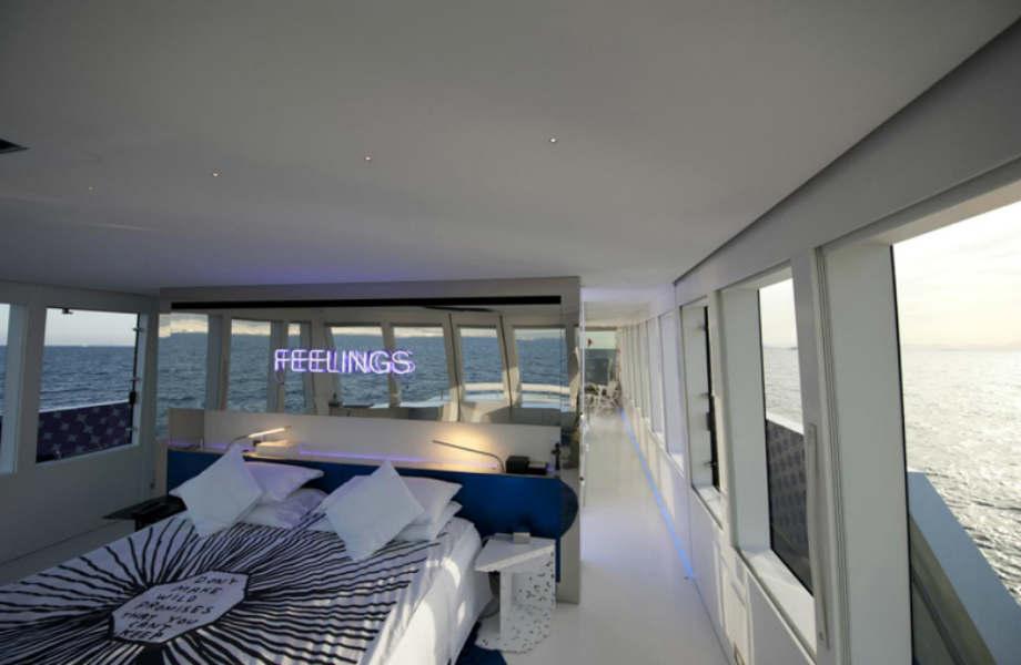 Το υπέροχο μάστερ υπνοδωμάτιο έχει θεά 180° μοιρών προς τη θάλασσα και διαθέτει τζακούζι.