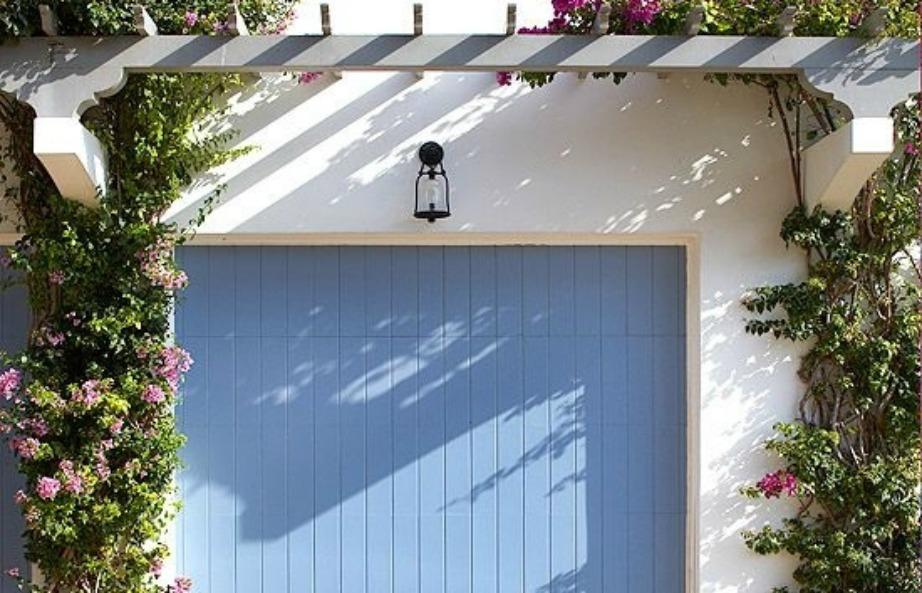 Βάψτε την πόρτα του γκαράζ σε μια όμορφη απόχρωση.
