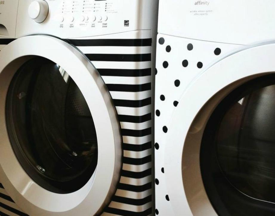 Αν δεν μπορείτε να κρύψετε το πλυντήριό σας, τότε κάντε το πιο ενδιαφέρον κολλώντας πάνω του όμορφες αυτοκόλλητες ταινίες.