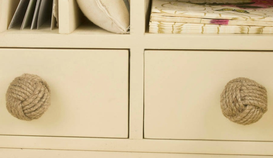 Δώστε έμφαση στις καλοκαιρινές λεπτομέρειες όταν διακοσμείτε έναν μίνιμαλ χώρο.