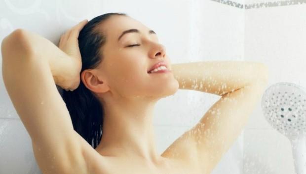 Ζεστό ή Κρύο Μπάνιο; Τι Είναι το Σωστό για το Δέρμα μου;