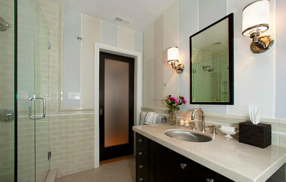 Σε αυτό το μπάνιο έχουν χρησιμοποιηθεί διακριτικές παστέλ αποχρώσεις.