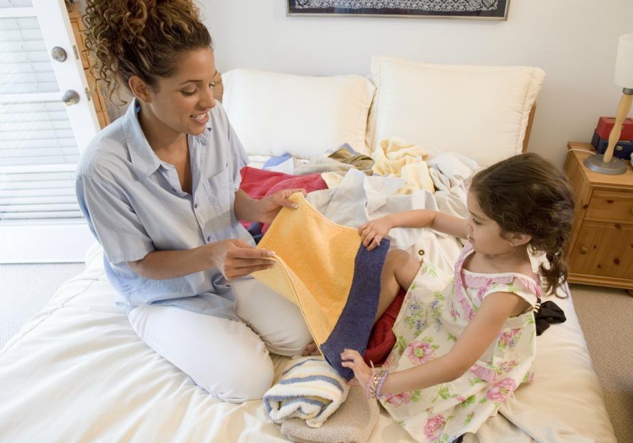 Δείξτε στα παιδιά σας πώς γίνονται οι δουλειές για να μπορούν σιγά σιγά να τις κάνουν μόνα τους.