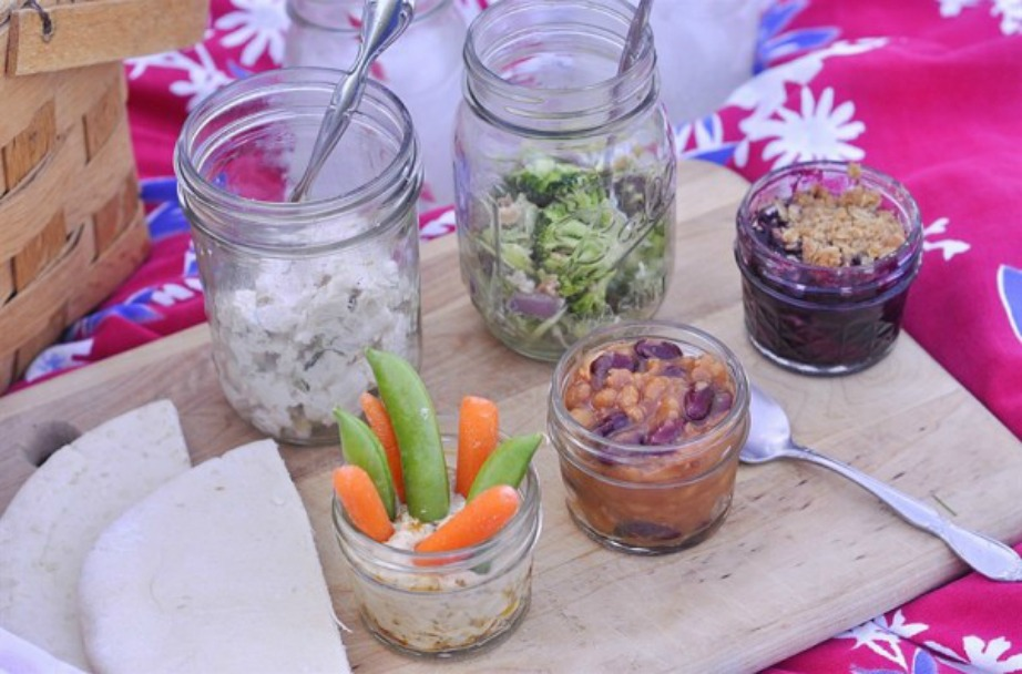 Βάλτε το φαγητό σε βαζάκια για περισσότερη λειτουργικότητα και στιλ.