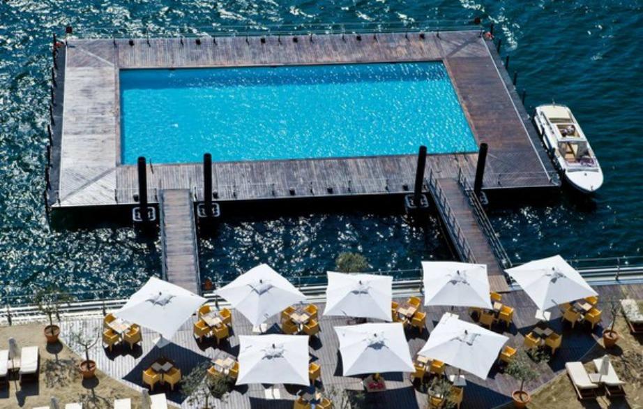 Αυτή η πισίνα είναι χτισμένη πάνω στη λίμνη Como της Ιταλίας.