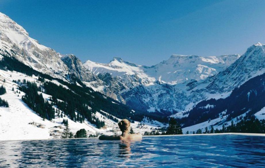 Πόσο υπέροχο είναι να κάνετε μπάνιο σε πισίνα ενώ απολαμβάνετε τα χιονισμένα βουνά της Ελβετίας;