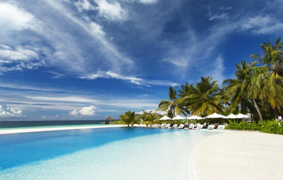 Στις Μαλδίβες η πισίνα μοιάζει να είναι η αρχή του ωκεανού.