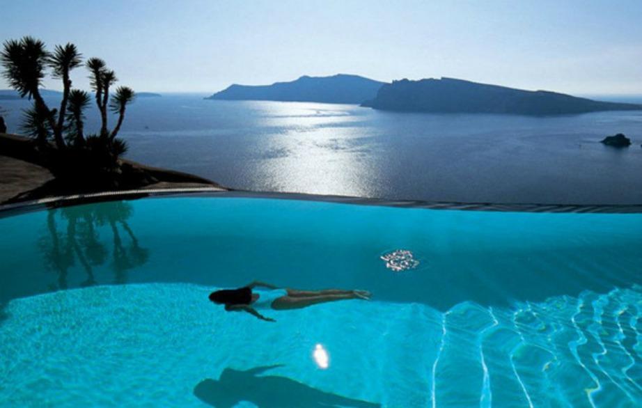 Η μαγευτική πισίνα στο ξενοδοχείο Perivolas στην όμορφη Σαντορίνη.