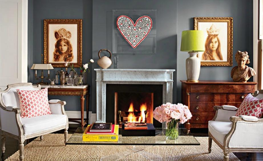 Το έντονο γκρι του τοίχου ταιριάζει πολύ με τις πινελιές χρώματος που έχει βάλει η Brooke Shields στο σαλόνι της.