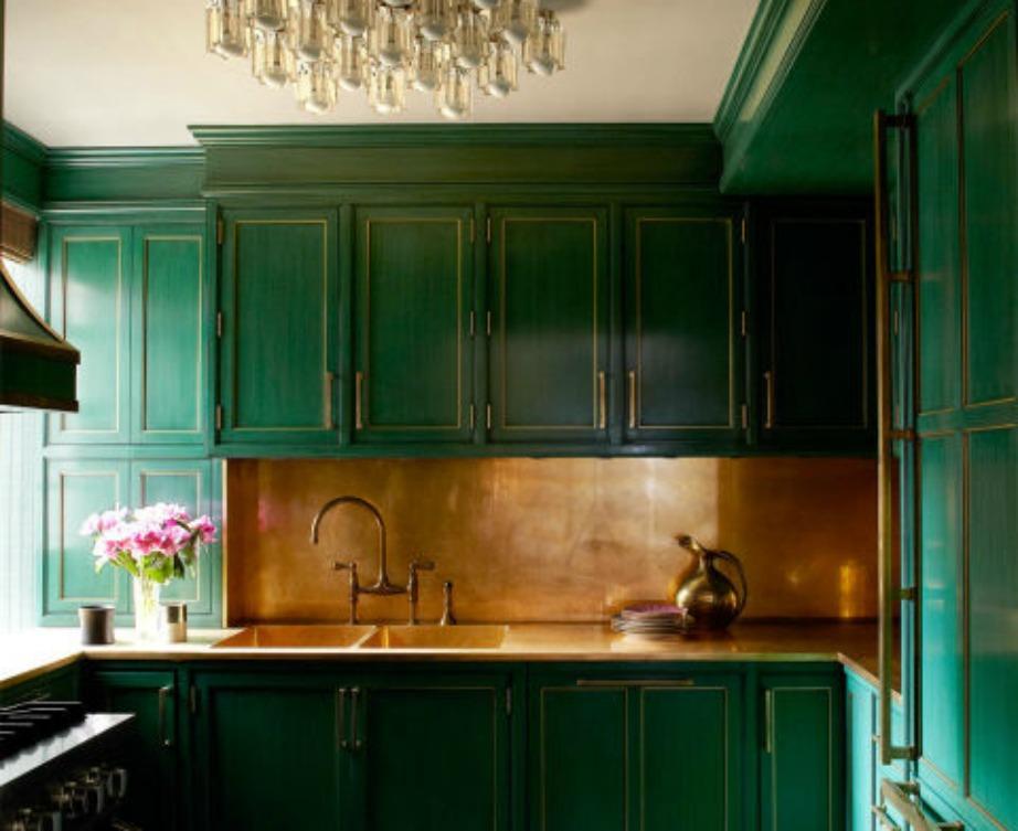 Η Cameron Diaz έχει επιλέξει ένα δυνατό πράσινο για τα ντουλάπια της κουζίνας της.