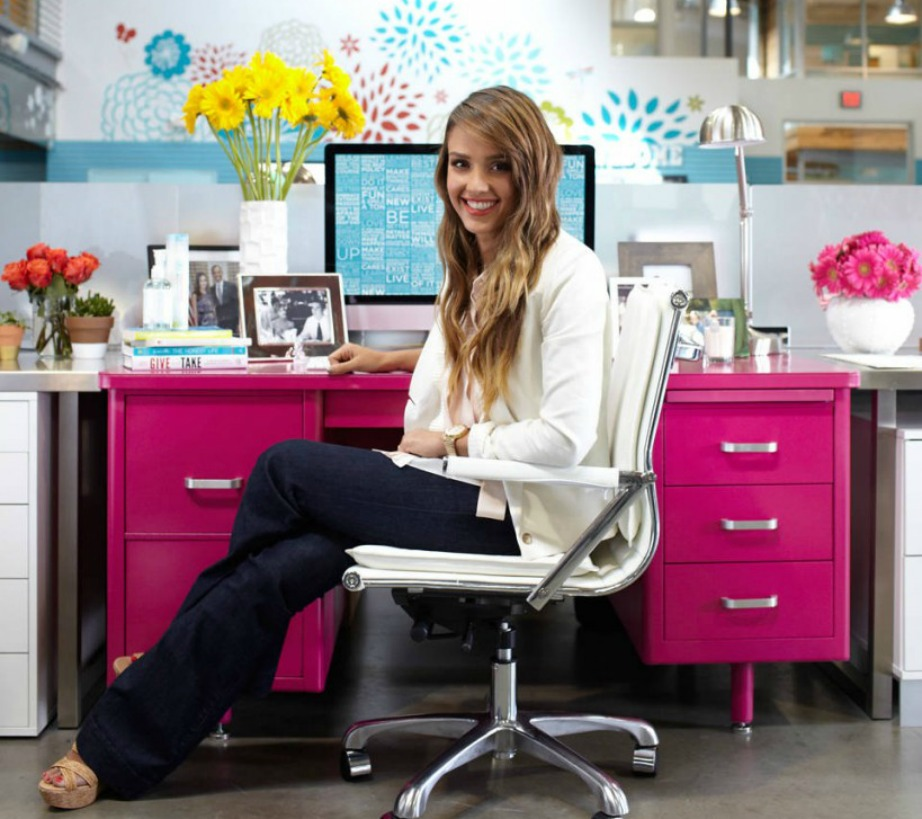 Το γραφείο της Jessica Alba είναι φούξια.